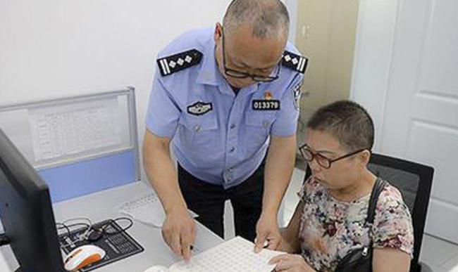 Nhân viên cảnh sát 54 tuổiđể cho vợ luyện viết tay trong thời gian mình làm việc. Ảnh: News.163.com.