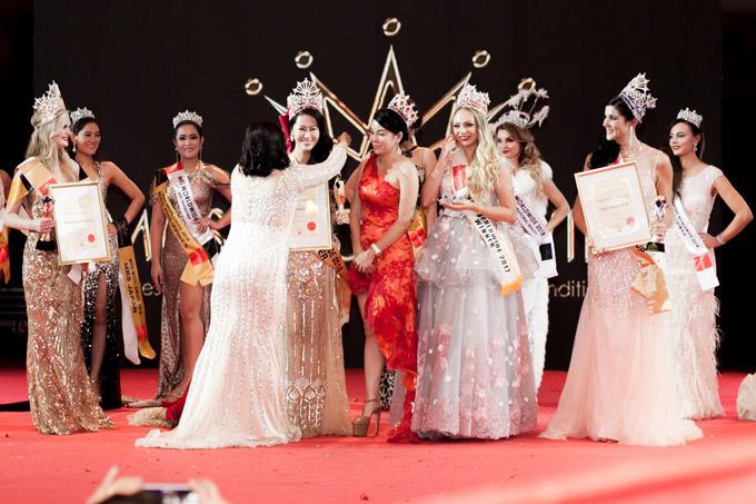 Tân hoa hậu khẳng định, cuộc thi của cô không hề ao làng như nhiều người nghĩ chỉ vì sân khấu đêm chung kết quá nhỏ.