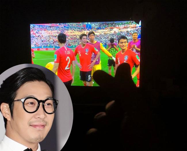 Diễn viên, ca sĩ Haha chia sẻ hình ảnh của đội nhà kèm biểu tượng bắn tim để bày tỏ sự sung sướngkhi Hàn Quốc dẫn bàn trước Đức.
