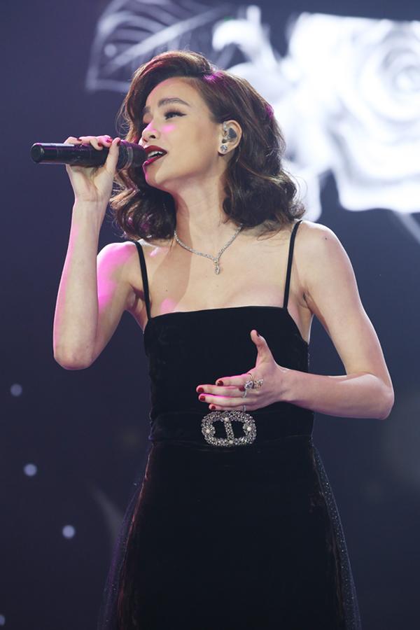 Ngoài vai trò khách mời danh dự trên thảm đỏ, Hồ Ngọc Hà còn tham gia biểu diễn trong chương trình.