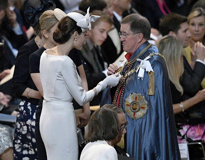 Cô trò chuyện với đức cha trước khi buổi lễ bắt đầu.