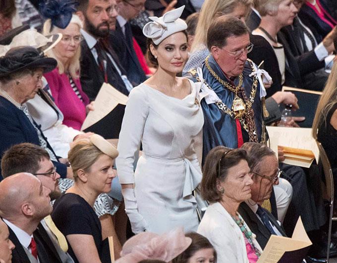 Trong thời gian đóng phim, minh tinh Hollywood vẫn sắp xếp thời gian tham gia các hoạt động nhân đạo với tư cách là đặc phái viên của liên hợp quốc về người tị nạn.