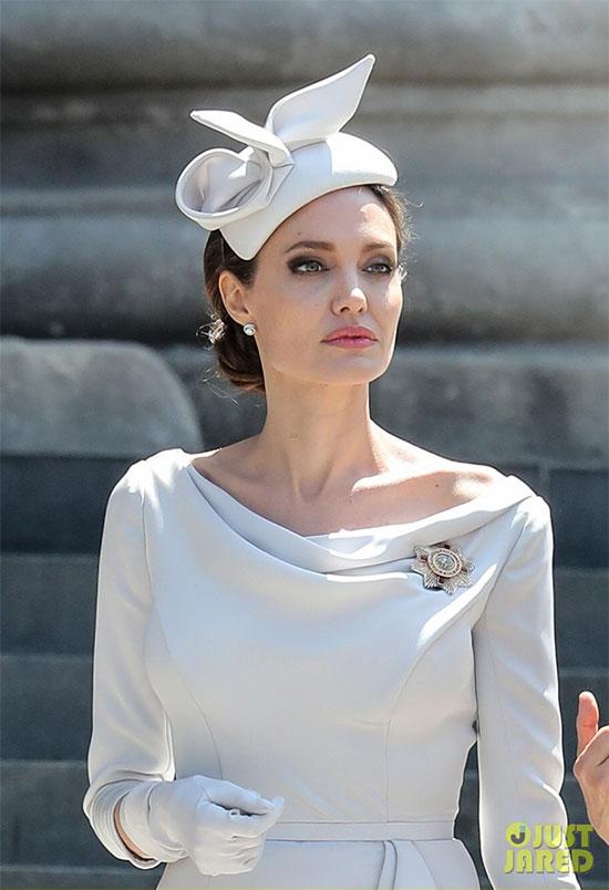 Angelina Jolie được hoàng gia Anh mời tới tham dự sự kiện thường niên Order of St Michael and St George - lễ vinh danh thành tựu phi thường của các cá nhân trong dịch vụ phi quân sự. Ngôi sao The Tourist vốn được Nữ hoàng Anh phong tước hiệu Phu nhân vào năm 2014 vì những đóng góp to lớn của cô trong hoạt động nhân đạo. Đầu năm nay, Jolie cũng tham gia dự án trồng cây bảo vệ môi trường của Nữ hoàng.
