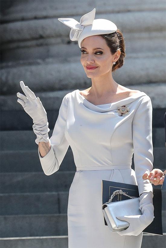 Nữ diễn viên 43 tuổi quyến rũ khác lạ với phong cách hoàng gia.