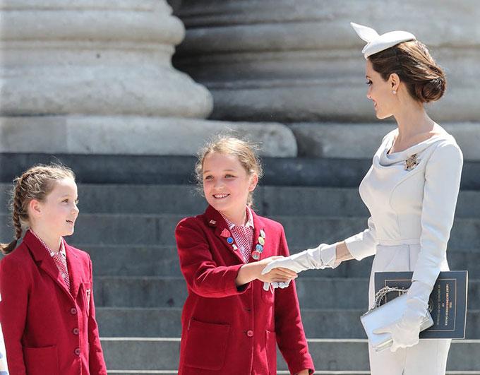 Angelina niềm nở trò chuyện với các em nhỏ bên ngoài nhà thờ Thánh Paul ở London.