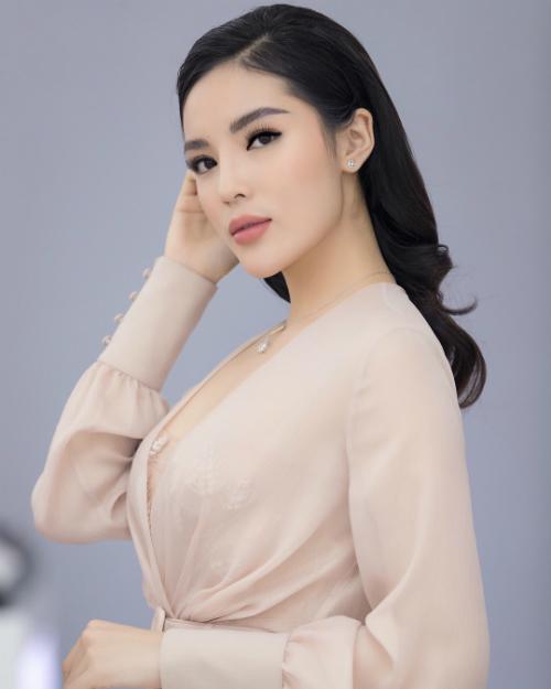Kỳ Duyên được khen xinh hơn khi make up nhẹ nhàng. Hoa hậu Việt Nam năm 2014 mặc váy voan mỏng, khéo léo khoe vòng 1 đầy đặn. Từ sau khi nâng ngực, người đẹp thường xuyên diện những bộ cánh gợi cảm, khoe đường cong.