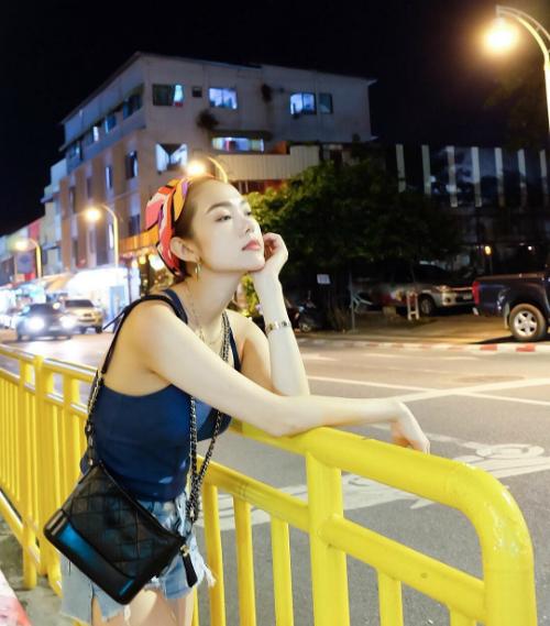 Minh Hằng diện street style, tranh thủ tạo dáng khi dạo mát ở Thái Lan.