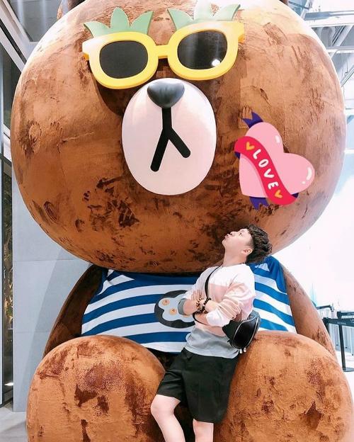 Ngô Kiến Huy nhí nhố chu môi tạo dáng bên chú Gấu Brown - biểu tượng nổi tiếng ở Hàn Quốc.