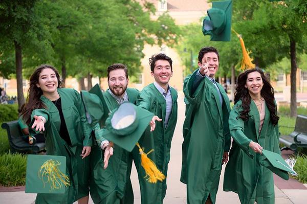 Năm anh chị em trong cùng một nhà nhận bằng tốt nghiệp đại học hồi tháng 5. Ảnh: SWNS.com.