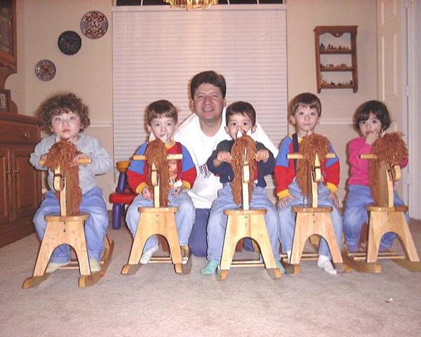 Anh Jorge bên các con khi còn nhỏ. Ảnh: SWNS.com.