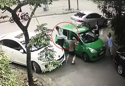 Cảnh anh Điềm bị đánh được camera an ninh ghi lại.