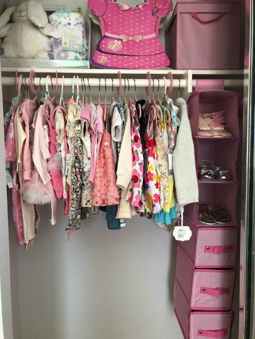Thanh Thảo khoe tủ chất đầy quần áo của con gái sắp trào đời.