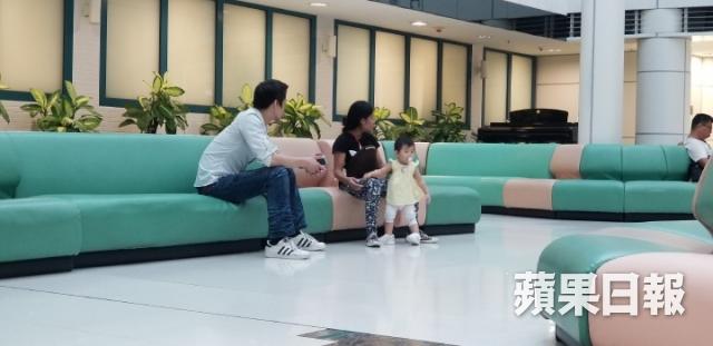 Sau khi đi mua sắm, Triết Dư và bạn trai đưa bé Natalie đi khám tại St. Teresa Hospital ở Kowloon City