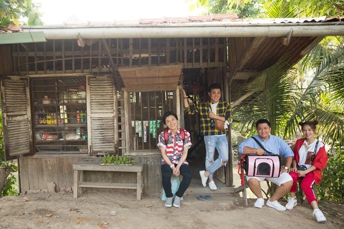 Sau khoảng 3 tiếng di chuyển bằng xe ôtô từ TP HCM, bốn nghệ sĩ đặt chân đến Đồng Tháp và hào hứng khám phá cuộc sống thôn quê.