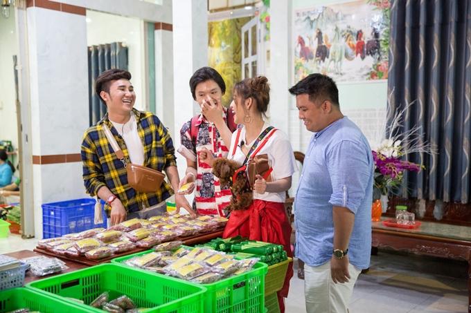 Cả hội sau đó đến khám phá và thưởng thức món ăn đặc sản:nem Lai Vung.