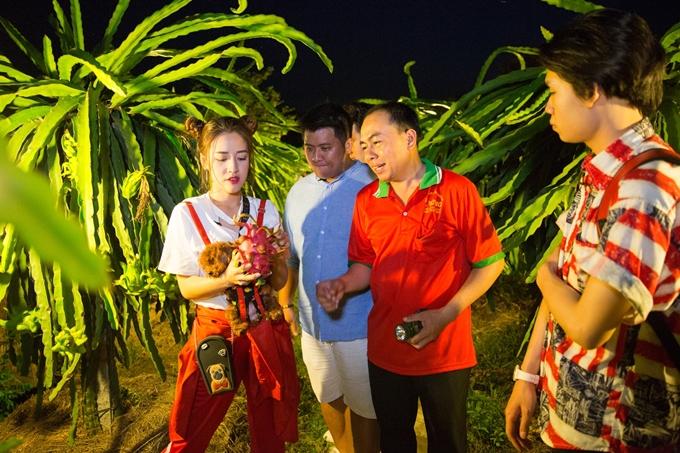 Puka còn dẫn Diệp Tiên, Tiến Công và Quang Trung đến vườn thanh long đang tràn ngập trái chín mọng.