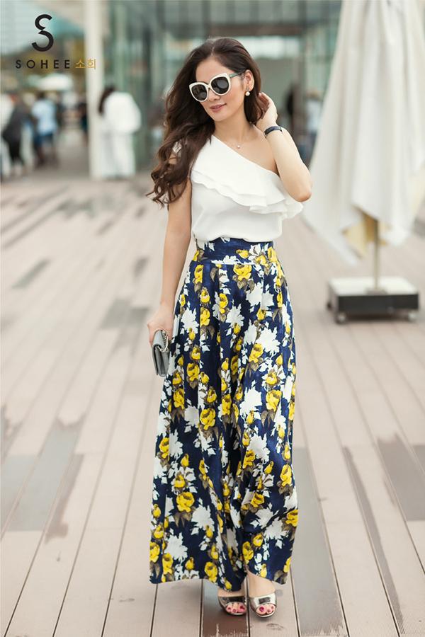 Doanh nhân Hà Bùi là người trực tiếp trải nghiệm những sản phẩm trong bộ sưu tập hè 2018 của Sohee -thương hiệu do chị sáng lập và giữvị trí Tổng giám đốc trong 5 năm qua. Những mẫu thiết kế mang phong cách đường phố phá cách, trẻ trung giúp chị ăn gianvề tuổi tác và chiều cao.