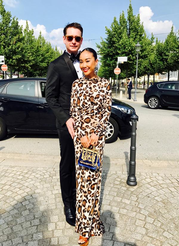 Đoan Trang diện váy họa tiết da báo sang Đức dự lễ kỷ niệm 25 năm thành lậpcông ty của chồng cô.