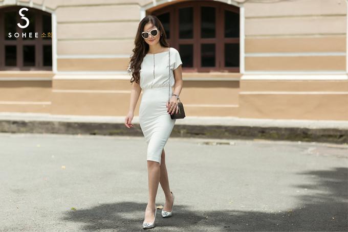 Trong bộ sưu tập hè mới của Sohee, bên cạnh những thiết kế đường phố trẻ trung, hãng còn có các mẫu đầm với tone trắng - đen cổ điển để khách hàng có thể mặc đi gặp gỡ đối tác hoặc tham dự buổi tiệc nhẹ.