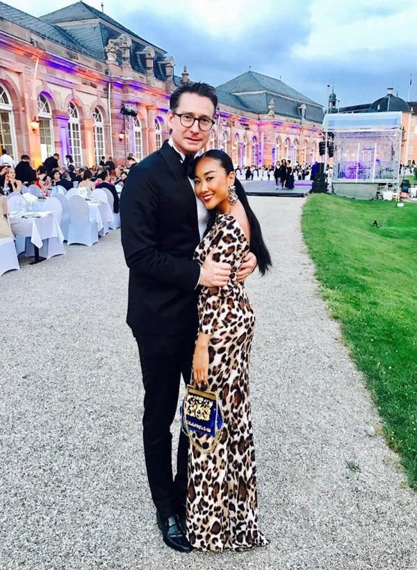 Ông xã người Thụy Điển tình tứ ôm nữ ca sĩ chụp ảnh kỷ niệm ở buổi tiệc ngoài trời.