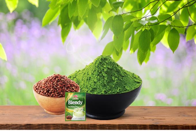 Sự kết hợp từ bột trà xanh matcha và gạo lức rang tạo nên loại thức uống giải nhiệt với hương vị mới lạ.