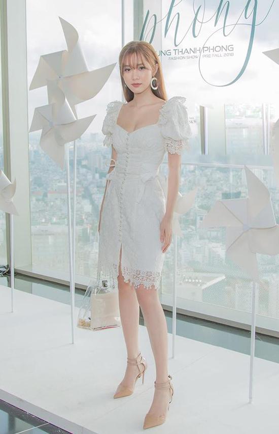 Diện váy vai bồng được ưa chuộng ở mùa mốt mới, Quỳnh Hương giúp mình tăng sức hút với túi xách tay trong veo.