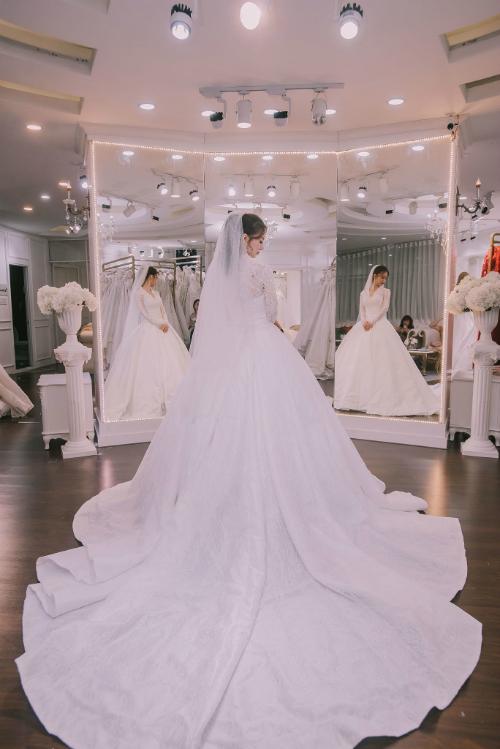 Phần vải lụa dưới váy được làm giống như một bông hoa nở.