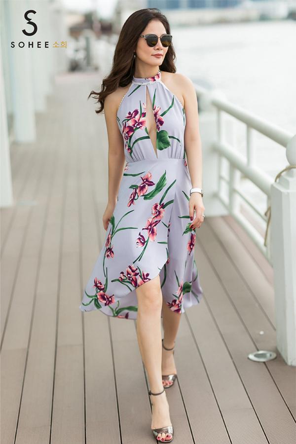 Với cô gái có tính cách phóng khoáng, cá tính, bộ cánh khoét ngực táo bạo mà doanh nhân Hà Bùi diện cũng là một gợi ý. Họa tiết hoa cùng chi tiết cổ yếm, tà váy xẻ là điểm thu hút của thiết kế.