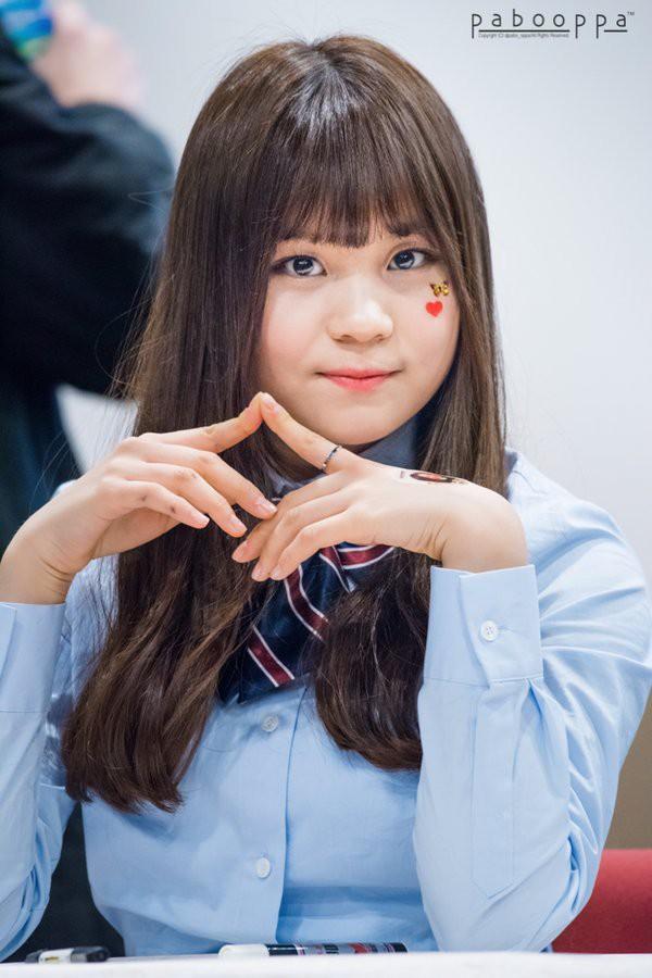 Khuôn mặt bầu bĩnh, thân hình kém thon thả khiến cô bị lép vế so với các thành viên cùng nhóm. Thậm chí nhiều người còn sử dụng biệt hiệu idol xấu nhất trong lịch sử Kpop khi nói đến Umji.
