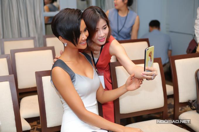 Người đẹp được nhiều khán giả xin chụp ảnh kỷ niệm.