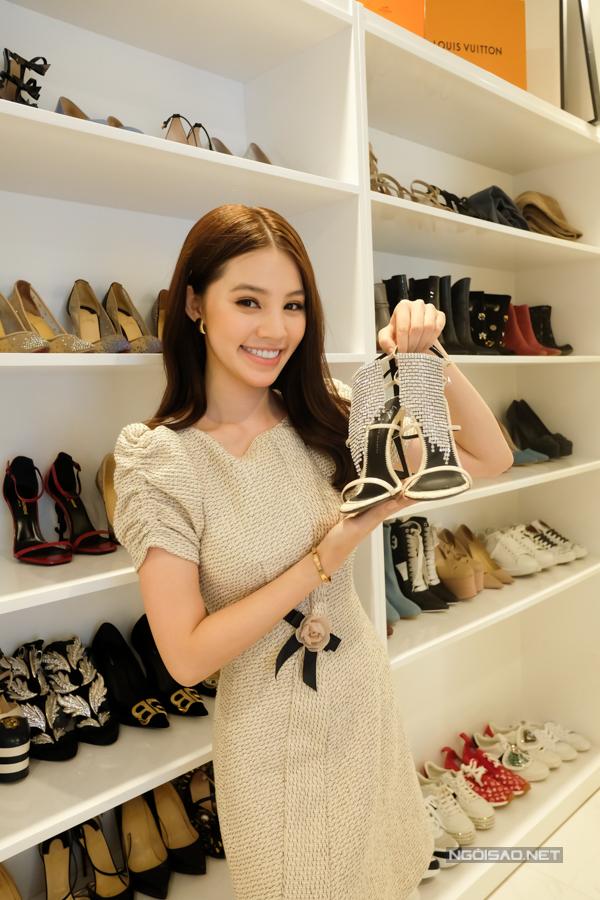 Mỗi tháng, Jolie Nguyễn đều mua sắm những phụ kiện mới nhất. Vì số lượng giày luôn tăng lên, cô đang tìm chỗ mới để làm tủ đựng giày. Ngoài ra, Jolie thường xuyên mang giày ra spa để chăm sóc, bảo quản. Ảnh: Mr Bil.