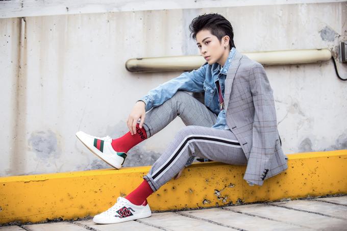 Suit carô xám nhạt khoác bên ngoài áo jeans, áo thuntrắng họa tiết to bản ở trong cùng là một sự kết hợp lạmắt mà Gil muốn thể hiện.