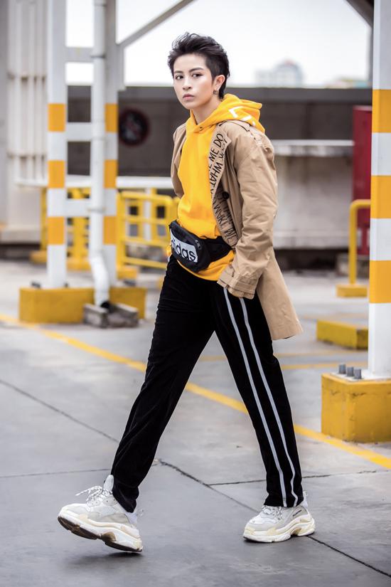 Quần thể thao màu đen và chiếc túi belt bagvòng quanh hông hoàn thiện phong cáchkhỏe khoắn, cá tính.