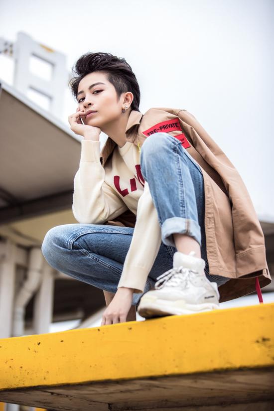 Bộ ảnh được thực hiện với sự hỗ trợ của stylist Kye, nhiếp ảnh Mr AT, trang điểm Lâm Ngọc Minh.