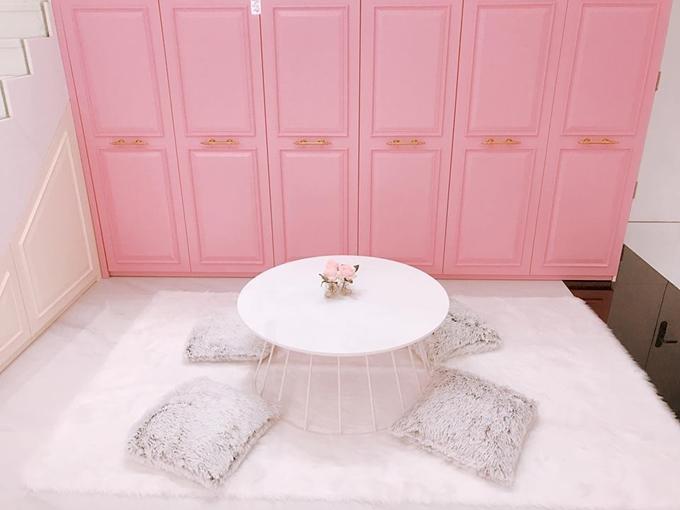 Phía bên ngoài tủchứa giày dép được nữ hoàng nội y trang trí đẹp mắt vơi gam hồng pastel.
