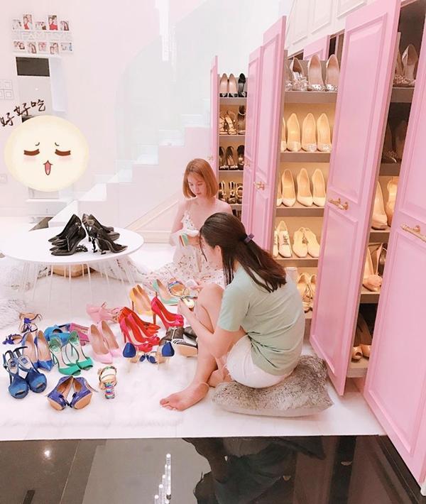 Ngọc Trinh cẩn thận vệ sinh từng chiếc giày hiệu. Cô đầu tư hẳn một không gian cất giữ gia tài giày dép cũng mình trong những chiế tủ kéo tiện lợi.