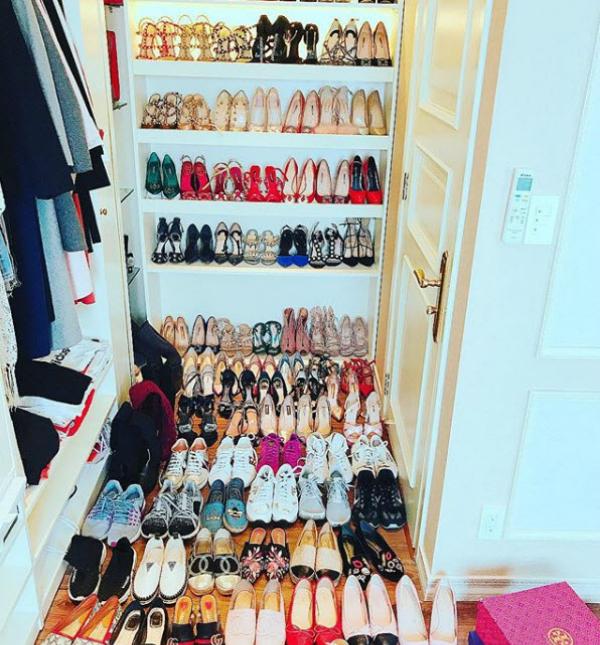 Thậm chí, cùng một mẫu giày Louboutin (hàng trên cùng) cũng được Hoa hậu sắm nhiều phiên bản khác nhau về màu sắc.