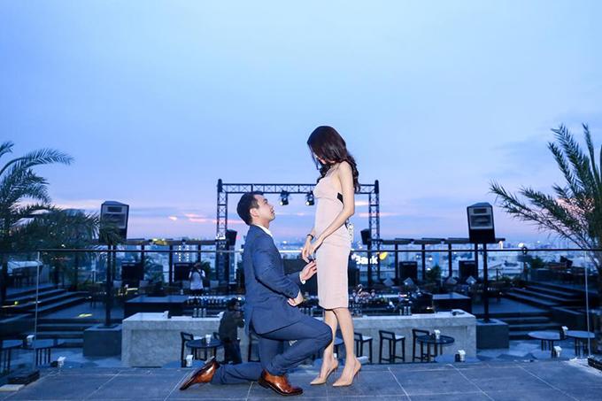Chiều 27/6, doanh nhân Tuấn John diện vest bảnh bao, quỳ gối cầu hôn Lan Khuê tại tầng thượng một tòa nhà cao tầng ở TP HCM. Nhiều người thân và bạn bè của cặp đôi đã chứng kiến khoảnh khắc này. Tuấn John và Lan Khuê sau đó để status đã đính hôn trên trang cá nhân.