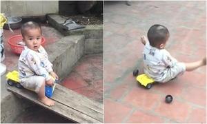 Bé trai 'chơi hăng', trượt bay cả bánh xe ô tô đồ chơi