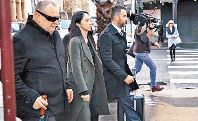 Đổng Tuyền ra tòa để dự phiên xửchồng, gương mặt cô căng thẳng, mệt mỏi.