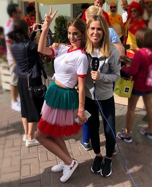 Maria Gomez (phải) khi giao lưu với một fan Mexico. Ảnh: NN.