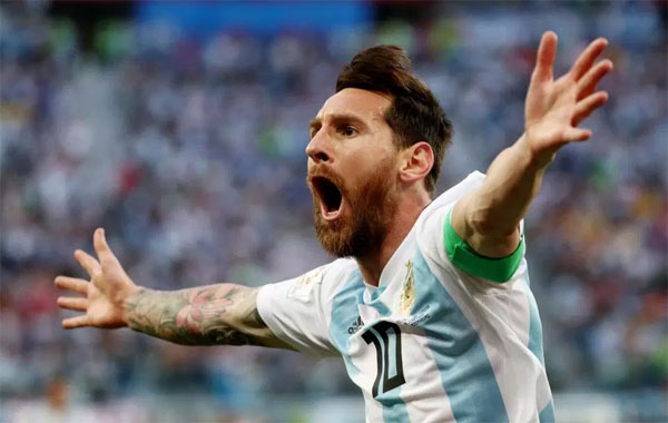 Messi bất ngờ khoe bùa được mẹ của phóng viên tặng