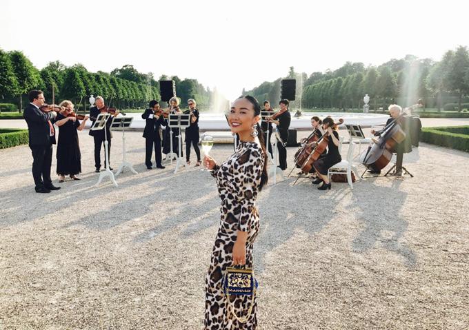 Đoan Trang hào hứng vừa thưởng thức rượu vang vừa nghe dàn nhạc biểu diễn giữa thiên nhiên.