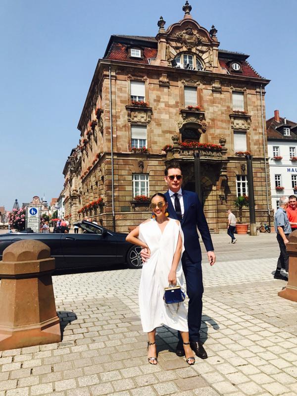 Nữ ca sĩ chuẩn bị nhiều váy áo trong chuyến đi châu Âu còn ông xã cô luôn chỉn chu, lịch lãm với trang phục vest.