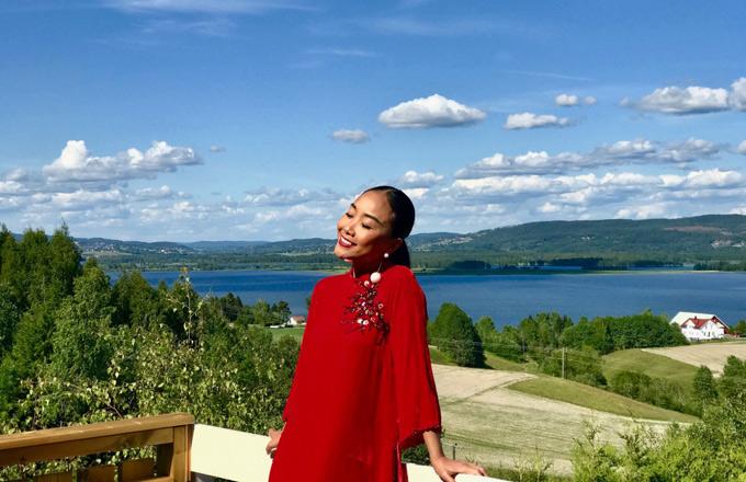 Cô tận hưởng những ngày hè thảnh thơi, thư giãn ở châu Âu. Nữ ca sĩ chia sẻ, cô luôn cố gắng giữcân bằng, dung hòa mọi yếu tố trong cuộc sống.