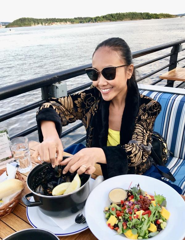 Giọng ca Quạt giấy vừa ngồi tàu ngắm cảnh sông nước vừa thưởng thức bữa ăn lành mạnh, đầy đủ dưỡng chất.