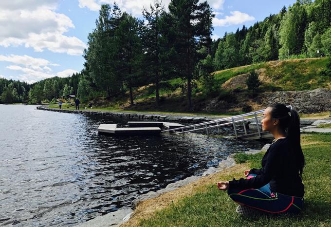 Dù đi du lịch nhưng cô vẫn giữ thói quen tập thể dục, ngồi thiền để tâm trí luôn àn lành, tĩnh tại.