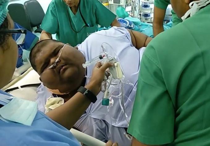 Mihir Jain khi bắt đầu nhập viện để chuẩn bị cho quá trình giảm cân bằng phẫu thuật. Thời điểm này, em nặng 235 kg. Ảnh: Cover Asia Press.
