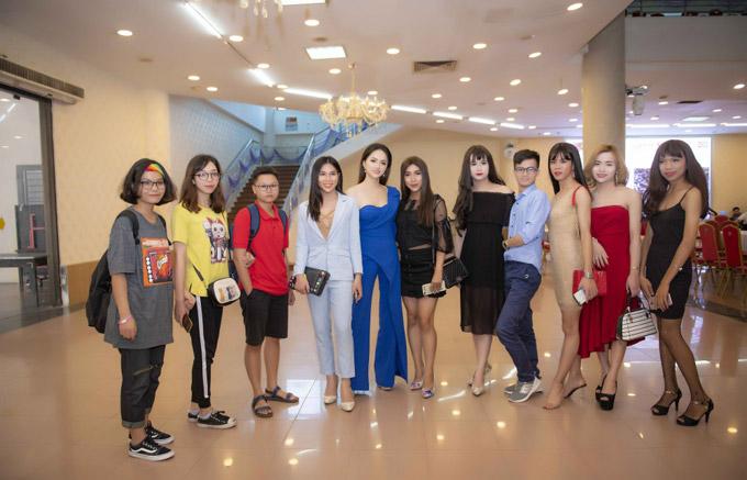 Hoa hậu được nhiều khán giả vây quanh sau khi sự kiện kết thúc.