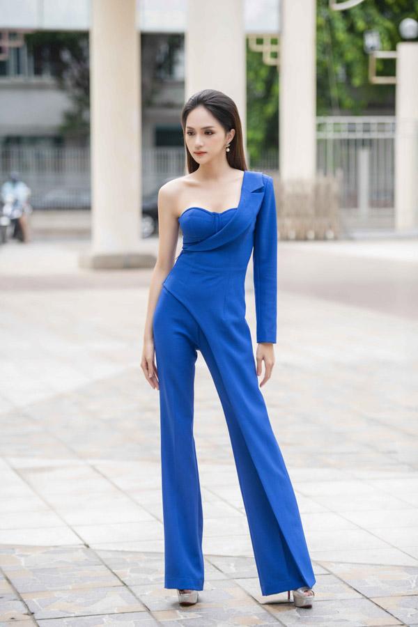 Diện bộ jumpsuit xanh phá cách, Hoa hậu chuyển giới quốc tế 2018 khoe vóc dáng ngày càng mong manh.
